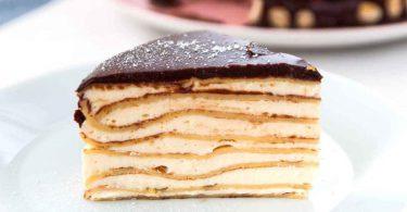 Gâteau aux Crêpes sucré rempli de crème