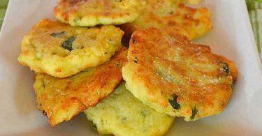 Beignets de courgettes avec des pommes de terre et du parmesan