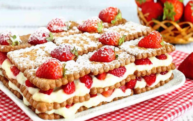 Gâteau de biscuits secs aux fraises et à la crème