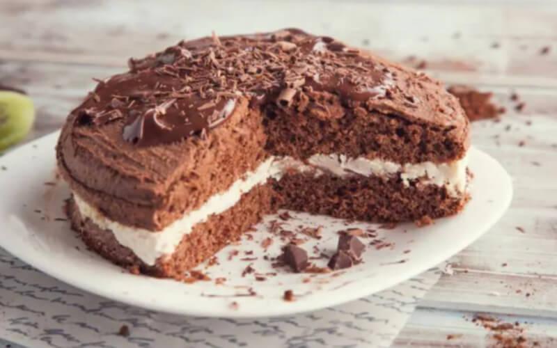 Gâteau au chocolat et à la crème et chocolat noir